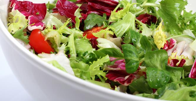 Ανάμεικτη πράσινη σαλάτα με μανταρίνια και κόκκινο λάχανο